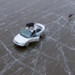 Водитель автомобиля с собаками на крыше прокатился по тонкому льду Вятки