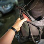 В Слободском 35-летний мужчина выхватил сумку у выходящей из кафе женщины и убежал