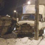 В Кирове столкнулись «ВАЗ» и «Газель»: после удара легковушка опрокинулась на дерево