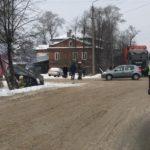 В Слободском столкнулись «Рено» и «Шевроле»: от удара одна из машин упала в канаву