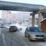 В Кирове столкнулись «Лада» и «Рено»: после удара одна из машин врезалась в столб