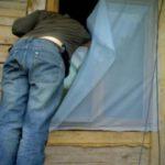 Несовершеннолетний житель Нолинского района проник в жилище и похитил ножи, кастрюли и другое имущество: суд вынес приговор