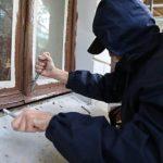В Орлове полицейские раскрыли квартирную кражу: мужчина разбил окно и украл одежду и продукты питания