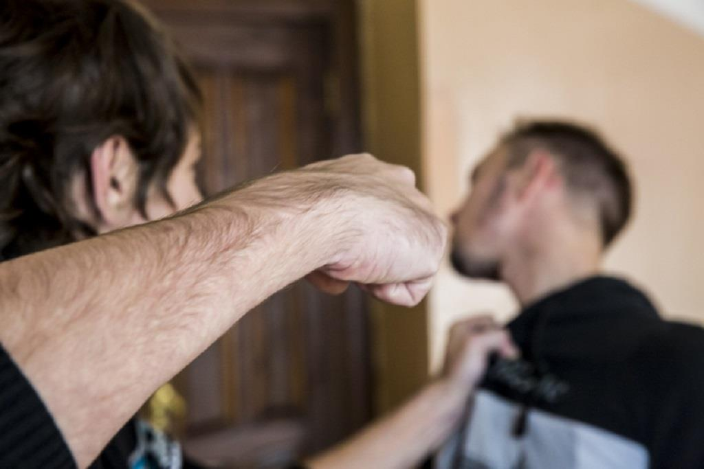 В Лутугино мужчина избил знакомого
