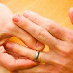 В Кирове мужчина дважды ограбил своего знакомого: кировчанин вытащил деньги из кармана, а затем зубами стянул кольцо с пальца потерпевшего