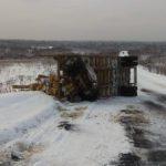 В Верхнекамском районе лесовоз опрокинулся на обледеневшей дороге