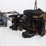 В Омутнинске на улице опрокинулся грузовик с дровами
