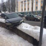 В Кирове автомобиль после аварии повис на бордюре