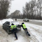 Автоинспекторы Кировской области массово вытаскивают застрявшие автомобили из снега