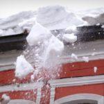 В Кирове от очередного падения снега с крыши пострадала женщина