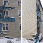 В Оричевском районе рабочие при очистке крыши снесли обшивку фасада дома