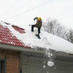 Кировэнерго призывает соблюдать правила электробезопасности при расчистке крыш от снега и наледи