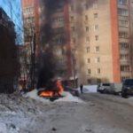 В Кирове сгорел автомобиль, припаркованный в сугробе