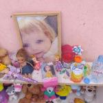 Спустя месяц кировчане продолжают приносить еду и игрушки к дому погибшей 3-летней девочки