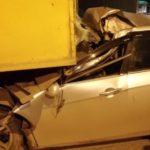 В Кирове легковой автомобиль врезался в грузовую машину