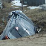 Под Кировом иномарка упала в яму на обочине трассы