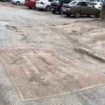 В Кирове местные жители накрыли яму на дороге ковром