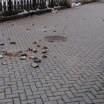 В Кирове с фасада здания на тротуар начали падать куски лепнины