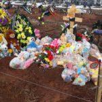 Кировчане продолжают нести игрушки на могилу погибшей 3-летней девочки