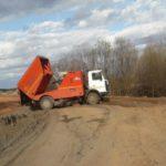 В Кирово-Чепецком районе коммунальщики сваливают смет с дорог в пойму реки