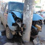 В Кирове Volkswagen врезался в столб