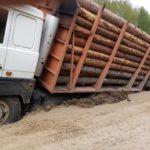 В Опаринском районе лесовоз увяз на обочине
