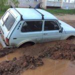 В Кирове во дворе «Нива» завязла в яме