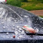 В Кирове женщина сбросила с балкона банку от сока на припаркованный автомобиль
