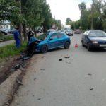 В Кирове 23-летняя девушка на «Пежо» врезалась в припаркованный автомобиль