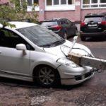 В Кирове фонарный столб упал на автомобиль