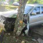В Кирове пьяный бесправник на «Hyundai» врезался в дерево