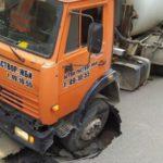 В Кирове «Камаз» провалился в яму на дороге