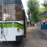 В Кирове 3-летний ребенок выпал на дорогу из рук матери, которую зажало в дверях троллейбуса