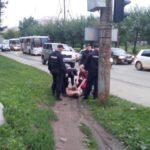 В Кирове задержали неадекватного мужчину, который бегал по дороге в трусах