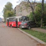 В Кирове столкнулись автобус и легковой автомобиль