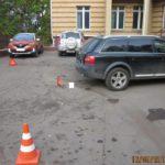 В Кирове женщина-водитель «Рено» сбила пешехода и врезалась в припаркованную «Ауди»