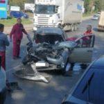 В Кирове столкнулись легковой автомобиль и фура: на месте работает «реанимация»
