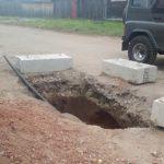 В Слободском 14-летняя девочка упала в яму на дороге