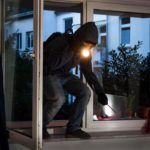В Лузе мужчина выставил окно в жилом доме и украл два мотора, пока хозяйка спала