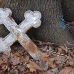В Кировской области на кладбище с могил спиливают кресты