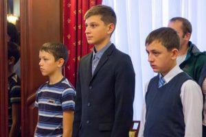 Троих школьников из Кировской области наградили медалями за проявленный героизм
