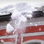 В Кирове на мужчину упал лед с крыши здания