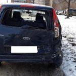 В Кирове 18-летний водитель «Чери» врезался в припаркованный автомобиль: пострадала 17-летняя девушка