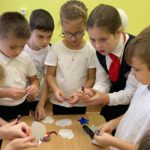 В Кирове юные инспекторы движения проводят мастер-классы для дошкольников по изготовлению световозвращающих элементов