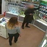 В Кирово-Чепецке молодой человек совершил разбойное нападение на салон сотовой связи