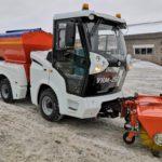 В ближайшие дни на уборку кировских тротуаров выйдет новая дорожная машина «УКМ-2500»