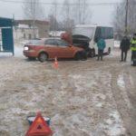 В Оричевском районе женщина-водитель «Шевроле» врезалась в автобус на остановке