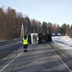В Тужинском районе на трассе опрокинулся грузовик