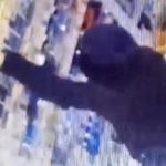 В Кирове разыскивают женщину, которая украла два флакона духов из магазина