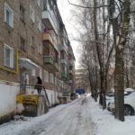 В Кирове 16-летняя девушка получила травмы от падения снега с крыши: следком начал проверку
